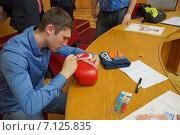 Олимпийский чемпион по боксу Андрей Замковой дает автограф (2014 год). Редакционное фото, фотограф Ирина Буржинская / Фотобанк Лори