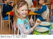 Девочка завтракает в детском саду (2015 год). Редакционное фото, фотограф LenaLeonovich / Фотобанк Лори
