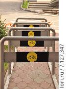 Купить «Стоянка для велосипедов на улице в Сочи», фото № 7127347, снято 14 марта 2015 г. (c) Наталья Краснобаева / Фотобанк Лори