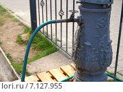 Купить «Утечка воды в штуцер старинной чугунной колонки», фото № 7127955, снято 27 апреля 2014 г. (c) Дмитрий Сакретарев / Фотобанк Лори