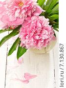 Розовые пионы в вазе на деревянном столе. Стоковое фото, фотограф Светлана Витковская / Фотобанк Лори