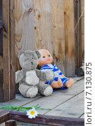 Детские игрушки на ступенях деревянного дома. Редакционное фото, фотограф Светлана Витковская / Фотобанк Лори