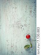 Спелая ягода вишни на старом окрашенном столе, вид сверху. Стоковое фото, фотограф Светлана Витковская / Фотобанк Лори