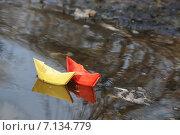 Купить «Бумажные кораблики в луже», фото № 7134779, снято 18 апреля 2013 г. (c) Дрогавцева Оксана / Фотобанк Лори