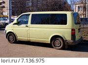 Купить «Микроавтобус Volkswagen - пассажирский коммерческий транспорт», фото № 7136975, снято 15 марта 2015 г. (c) Павел Кричевцов / Фотобанк Лори