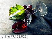 Купить «Опрокинутый бокал с красным вином», фото № 7138023, снято 28 августа 2014 г. (c) Наталия Кленова / Фотобанк Лори