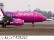Нос самолета Wizz Air Airbus A320-232 на взлетно-посадочной полосе (2015 год). Редакционное фото, фотограф Артур Буйбаров / Фотобанк Лори