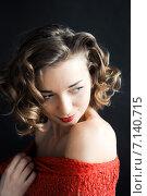 Молодая девушка в красном позирует. Стоковое фото, фотограф Полина Бублик / Фотобанк Лори