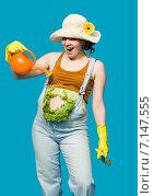 Купить «Беременная женщина-фермер, животик задрапирован под капусту», фото № 7147555, снято 17 марта 2015 г. (c) Владимир Мельников / Фотобанк Лори