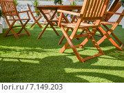 Деревянные стулья и стол на зеленой траве. Стоковое фото, фотограф Владимир Рублев / Фотобанк Лори