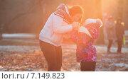 Купить «Женщина греет руки своей дочке на осенней улице», видеоролик № 7149823, снято 2 декабря 2014 г. (c) Кекяляйнен Андрей / Фотобанк Лори