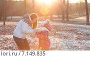 Купить «Мать и дочь в солнечном осеннем парке», видеоролик № 7149835, снято 2 декабря 2014 г. (c) Кекяляйнен Андрей / Фотобанк Лори