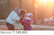 Купить «Мать согревает руки дочке в парке на закате», видеоролик № 7149863, снято 2 декабря 2014 г. (c) Кекяляйнен Андрей / Фотобанк Лори