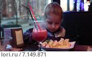 Девочка дошкольного возраста начинает есть вкусный десерт в ресторане. Стоковое видео, видеограф Кекяляйнен Андрей / Фотобанк Лори