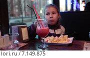 Девочка есть десерт в ресторане, сидя за столом. Стоковое видео, видеограф Кекяляйнен Андрей / Фотобанк Лори