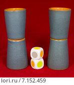 Купить «Игра в наперстки, стаканчики, игральные кубики», фото № 7152459, снято 15 февраля 2015 г. (c) Юрий Сушок / Фотобанк Лори