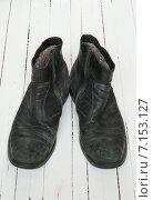 Купить «Старые черные ботинки на белом фоне», фото № 7153127, снято 8 февраля 2015 г. (c) Влад  Плотников / Фотобанк Лори