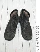 Купить «Старые черные ботинки на белом фоне», фото № 7153135, снято 8 февраля 2015 г. (c) Влад  Плотников / Фотобанк Лори