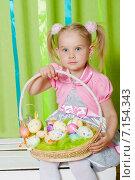 Маленькая девочка с пасхальной корзинкой. Стоковое фото, фотограф Евгения Устиновская / Фотобанк Лори