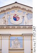 Купить «Герб князей Куракиных в окружении геральдических фигур и военных атрибутов на фронтоне», эксклюзивное фото № 7157347, снято 18 марта 2015 г. (c) Алёшина Оксана / Фотобанк Лори