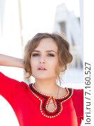 Купить «Молодая девушка в красном платье», фото № 7160527, снято 21 марта 2015 г. (c) Момотюк Сергей / Фотобанк Лори