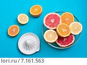 Цитрусовые фрукты на столе с соковыжималкой. Стоковое фото, фотограф Anna Alferova / Фотобанк Лори
