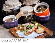 Купить «Закусочные бутерброды с грибной икрой, сыром пармезан и свежей петрушкой», фото № 7161967, снято 11 марта 2015 г. (c) Ekaterina Smirnova / Фотобанк Лори