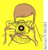 Человек держит фотоаппарат перед лицом и нажимает кнопку затвора. Иллюстрация на желтом фоне. Стоковая иллюстрация, иллюстратор Анастасия Ульянова / Фотобанк Лори