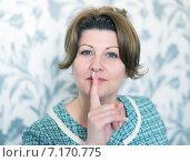 Купить «Женщина приложила палец к губам», фото № 7170775, снято 24 марта 2015 г. (c) Володина Ольга / Фотобанк Лори