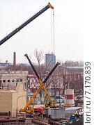 Подъёмные краны на строительной площадке (2015 год). Редакционное фото, фотограф Константин Косов / Фотобанк Лори