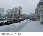 Очередь в музей, Петергоф (2011 год). Редакционное фото, фотограф Marina Kudaeva / Фотобанк Лори