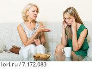 Купить «mother with daughter having serious conversation», фото № 7172083, снято 28 марта 2020 г. (c) Яков Филимонов / Фотобанк Лори