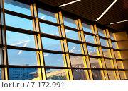 Современное окно в зале ожидания  во Внуковском международном аэропорту освещенное солнцем (2015 год). Редакционное фото, фотограф Татьяна Кахилл / Фотобанк Лори