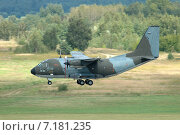 Самолет  Alenia G-222 снижается перед приземлением (2005 год). Редакционное фото, фотограф Сергей Попсуевич / Фотобанк Лори