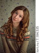 Портрет симпатичной задумчивой девушки 16 лет в свитере с узором. Стоковое фото, фотограф Ксения Ларкина / Фотобанк Лори