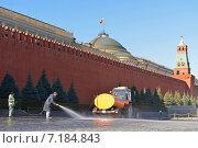 Купить «Весенняя уборка. Красная площадь, Москва», фото № 7184843, снято 17 марта 2015 г. (c) Валерия Попова / Фотобанк Лори