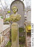 Купить «Могила Eugenie Boime-Simon (1812-1889) на кладбище Пер-Лашез (Pere Lachaise) в Париже, Франция. Бюст работы скульптора Леонидаса Дросиса», фото № 7185947, снято 21 февраля 2015 г. (c) Иван Марчук / Фотобанк Лори