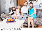 Купить «Беременная женщина с двумя детьми и мужем сидят на диване», фото № 7186087, снято 18 января 2015 г. (c) Сергей Дубров / Фотобанк Лори