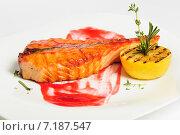 Стейк из лосося на гриле с красным соусом, лимоном и розмарином. Стоковое фото, фотограф Сергей Старуш / Фотобанк Лори