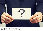 Купить «man in suit holding card with question mark», фото № 7190171, снято 18 февраля 2013 г. (c) Syda Productions / Фотобанк Лори