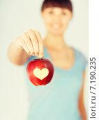 Купить «woman hand holding red apple with heart shape», фото № 7190235, снято 15 мая 2013 г. (c) Syda Productions / Фотобанк Лори