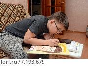Купить «Мальчик-подросток рисует красками портрет Гарри Поттера», фото № 7193679, снято 28 марта 2015 г. (c) Данилова Наталья / Фотобанк Лори