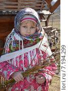 Купить «Маленькая девочка в русском платке держит в руках веточки вербы», эксклюзивное фото № 7194299, снято 29 марта 2015 г. (c) Ольга Линевская / Фотобанк Лори