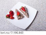 Пирожные с клубникой. Стоковое фото, фотограф Игорь Чекаев / Фотобанк Лори