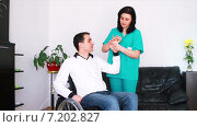 Физиотерапевт работает с молодым человеком в инвалидной коляске. Стоковое видео, видеограф Sanda Stanca / Фотобанк Лори