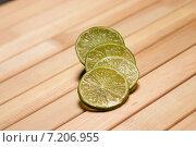 Кружочки лайма на деревянной поверхности. Стоковое фото, фотограф Владимир Лукин / Фотобанк Лори