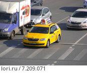 Купить «Желтое такси движется по дороге. Кремлевская набережная. Москва», эксклюзивное фото № 7209071, снято 20 марта 2015 г. (c) lana1501 / Фотобанк Лори