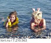 Купить «Счастливые мама с дочкой купаются в море. Девочка показывает большой палец руки вверх», фото № 7210563, снято 14 июля 2004 г. (c) Евгений Ткачёв / Фотобанк Лори