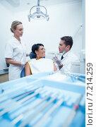 Купить «Dentists showing woman prosthesis teeth», фото № 7214259, снято 16 апреля 2014 г. (c) Wavebreak Media / Фотобанк Лори