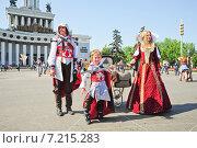 Купить «Семья в костюмах в стиле компьютерной игры Assassin's Creed на фестивале мыльных пузырей Dreamflash в Москве», эксклюзивное фото № 7215283, снято 18 мая 2014 г. (c) Алёшина Оксана / Фотобанк Лори
